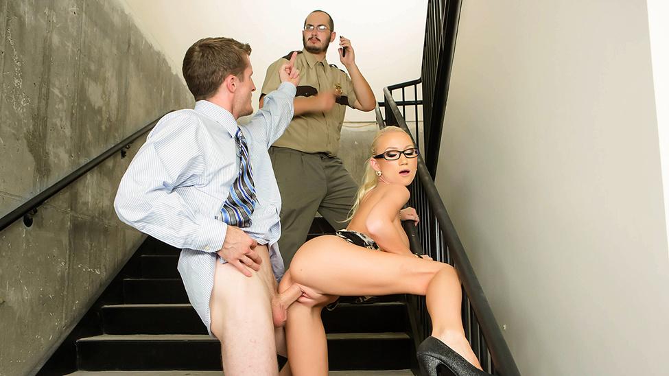 Порно видео на лестнице